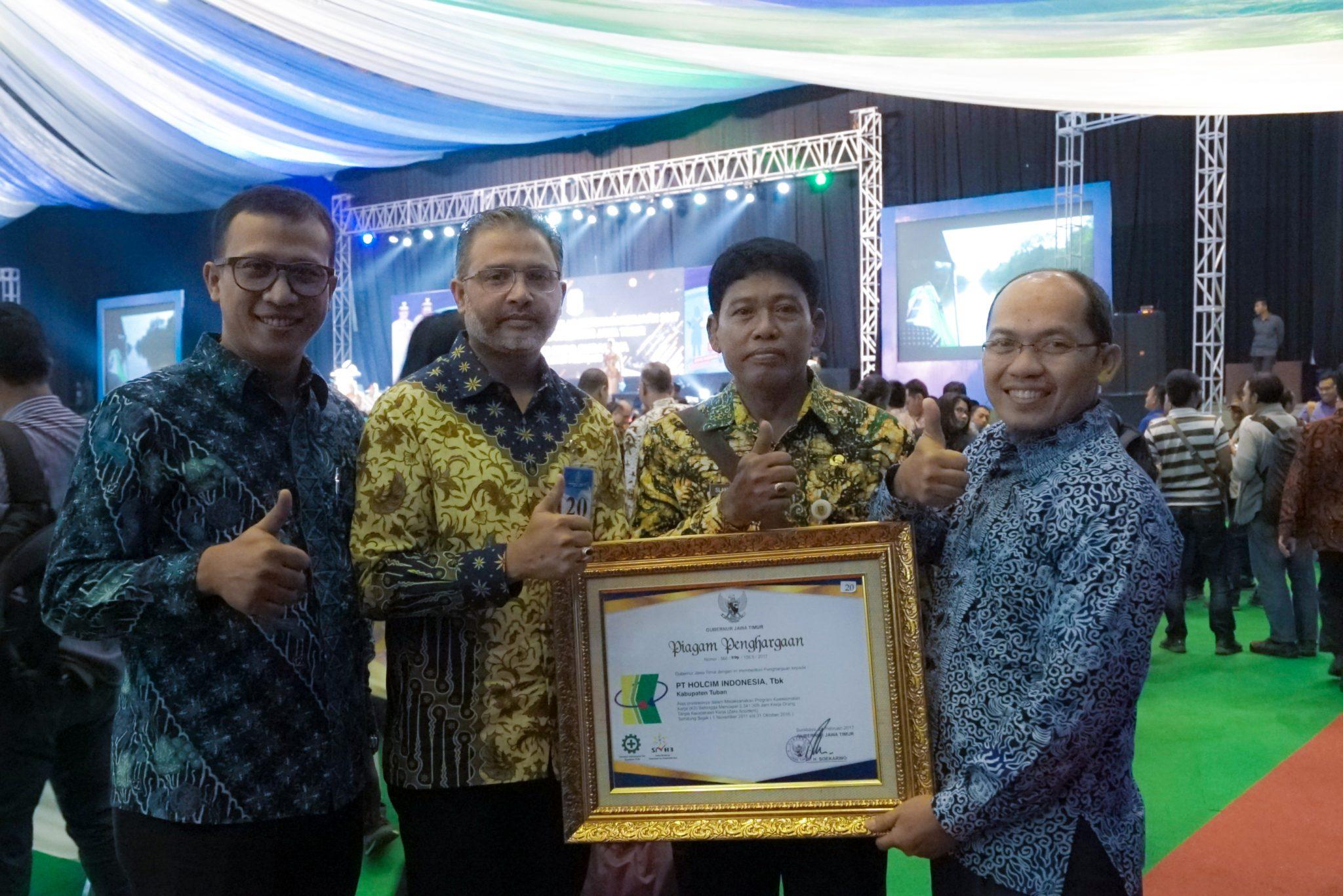 Mir Kazim Ali (kedua dari kiri) bersama Selamet (Perwakilan Disnaker kabpaten Tuban) dan Chairul Huda, Health & Safety Manager Tuban (paling kanan)