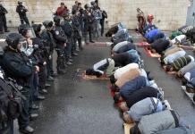 Suaramuslim.net - Aksi protes bela Al-Aqsha akhirnya membuahkan hasil, meski berakhir setelah pertumpahan darah. Pada (27/07), Israel akhirnya lepaskan segala instalasi keamanan di Masjid Al Aqsha.