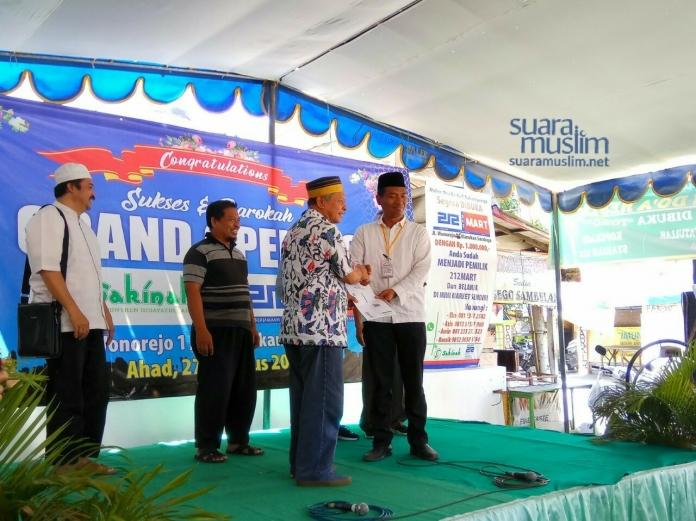 Penyerahan Sertifikat Keanggotaan Koperasi Syariah 212 dalam Peresmian 212 Mart di Surabaya