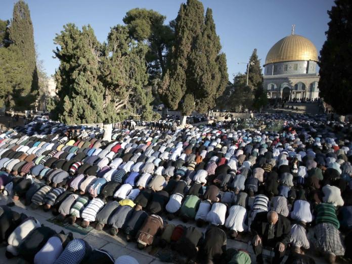 Al-Aqsha Dibuka, Ribuan Muslim Sambut dengan Shalat Berjamaah