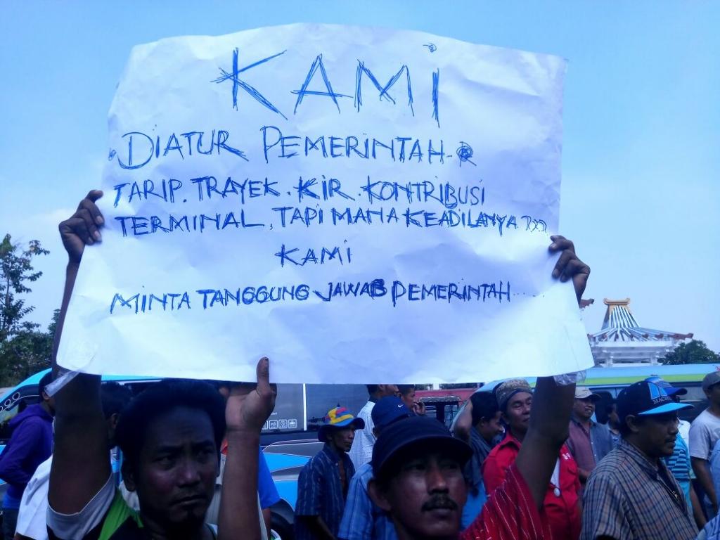 demo sopir angkot tuntut ojek dan taksi online dihapuskan 1