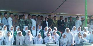 Risma Pimpin Apel Hari Santri di Surabaya