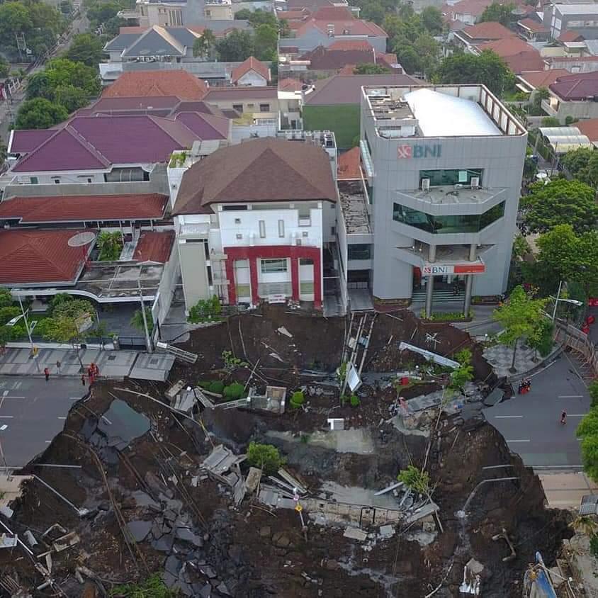 Amblasnya Jalan Merugikan Publik Surabaya
