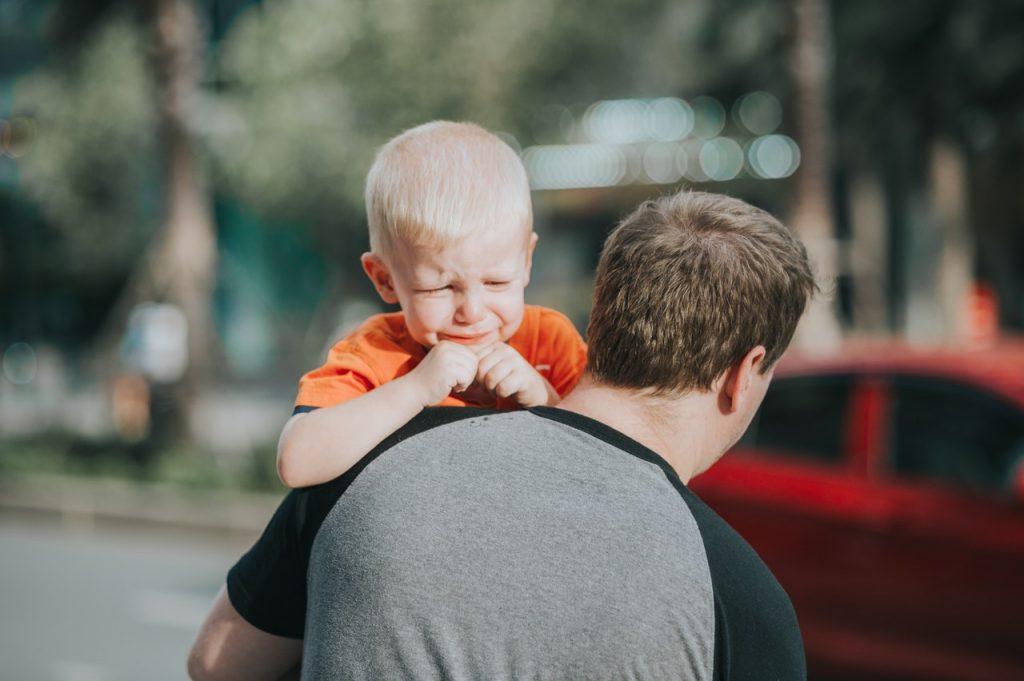 Ilustrasi ayah memeluk anaknya yang menangis.