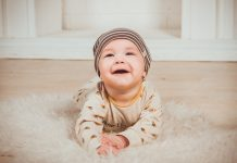 Mengenali Tahapan Milestone Bayi di Tahun Pertamanya