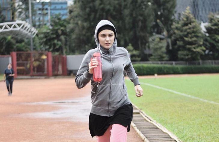 Ilustrasi perempuan sedang olahraga lari