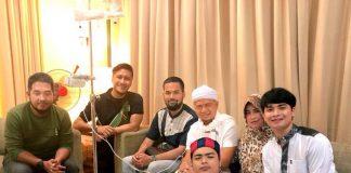 Jenguk di Rumah Sakit, Arie Untung Doakan Ustaz Arifin Ilham