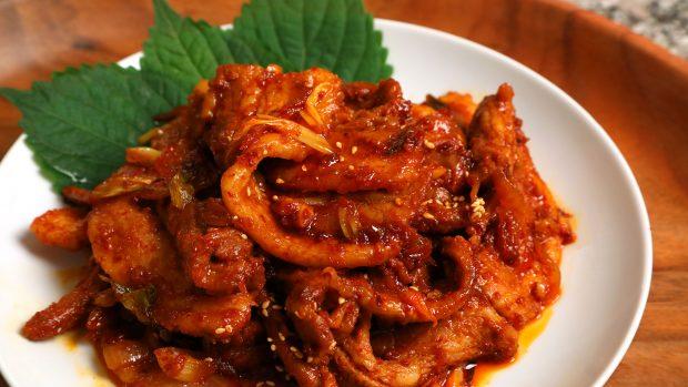nakji bokkeum, gurita goreng yang dibumbui pasta cabai (Foto: maangchi.com)