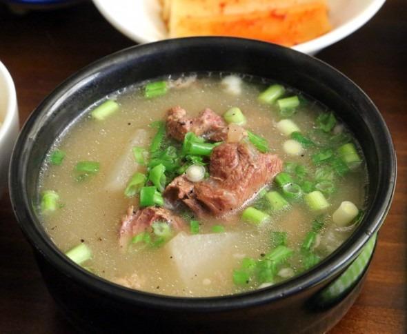 Seolleongtang, sup tulang dan bagian dalam sapi (Foto: maangchi.com)
