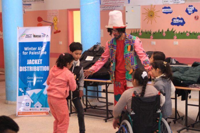 Keceriaan Ratusan Anak Gaza Terima Jaket Hangat di Musim Dingin