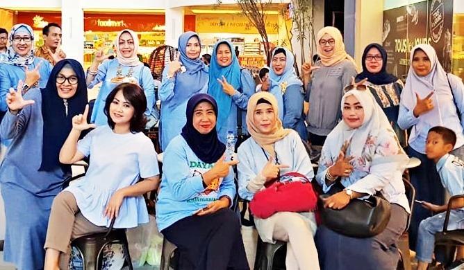 Emak-emak Rabu Biru di Surabaya. (Foto: Neneng)