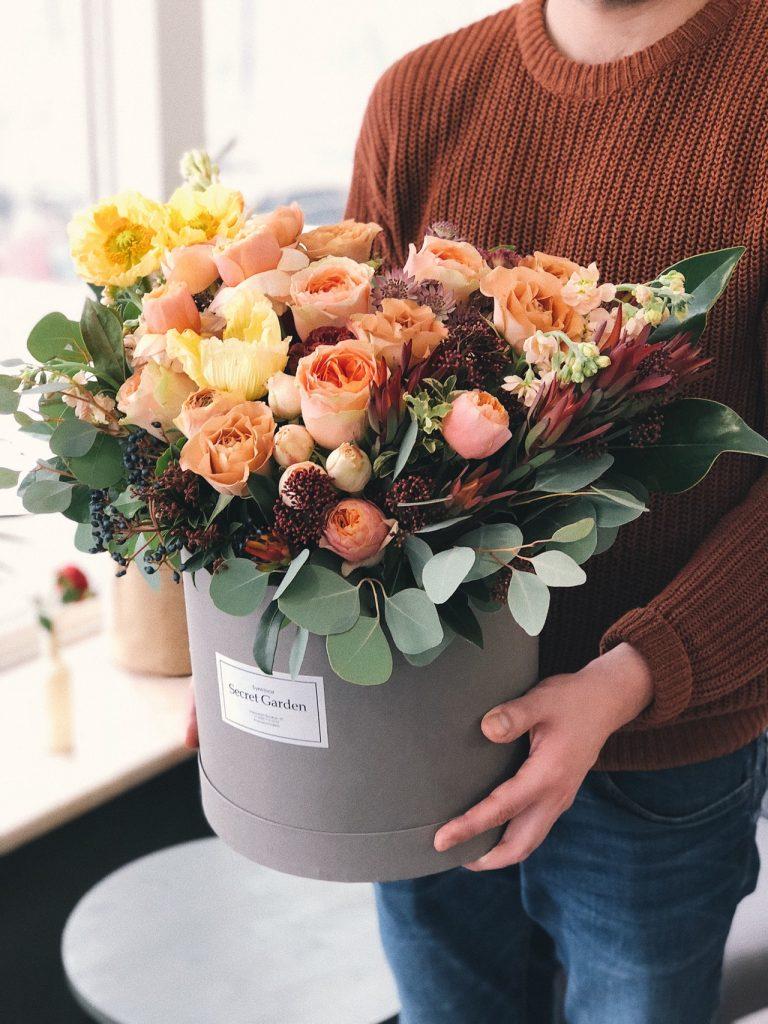 Ilustrasi memberikan hadiah bunga