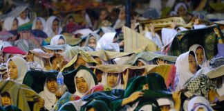 Diguyur Hujan, Ribuan Jemaah Ustaz Abdul Somad Melantunkan Salawat