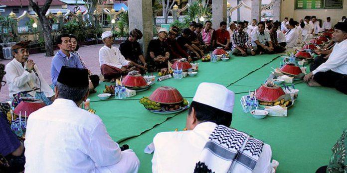 Tradisi Ngaminang di kampung Gelgel. (Foto: 1001indonesia.net)