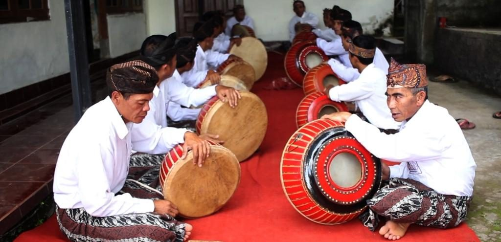 Salah satu kegiatan warga Pegayaman. (Foto: dakwahislambali.com)