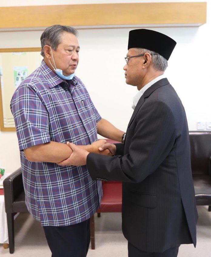 Ketum PP Muhammadiyah Jenguk Ani Yudhoyono di Singapura