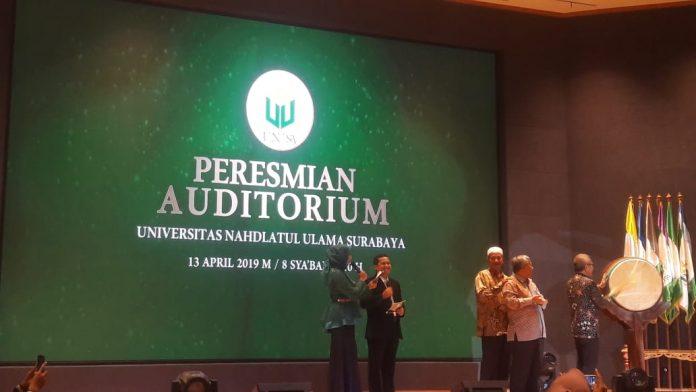 Rektor Unusa, Prof. Dr. Ir. Ach. Jazidie M. Eng (memukul bedug) bersama Ketua Yayasan Rumah Sakit Islam, Prof. Dr. Ir. M. Nuh dan Gus Ali Masyhuri saat meresmikan auditorium Unusa, Sabtu (13/4/19).