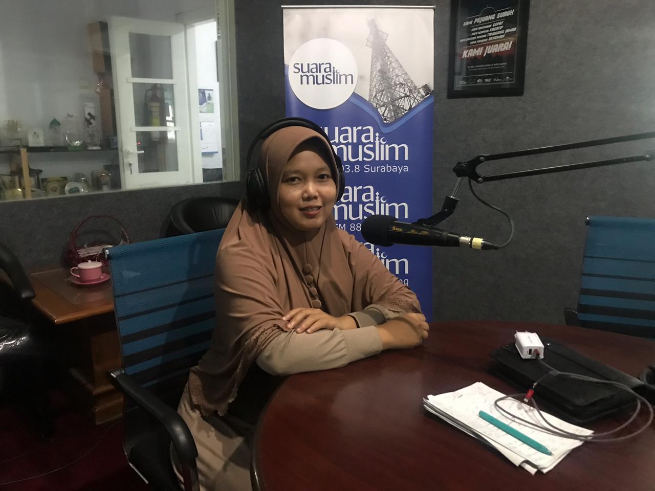 Nur Elya Anggraini, Koordinator Divisi Humas dan Hubungan Antar Lembaga Bawaslu Provinsi Jatim dalam talkshow Ranah Publik Suara Muslim Surabaya 93.8 fm (15/4/19) .