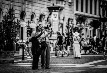 Keteguhan Hati Sepasang Kekasih yang Saling Menguatkan dalam Nestapa