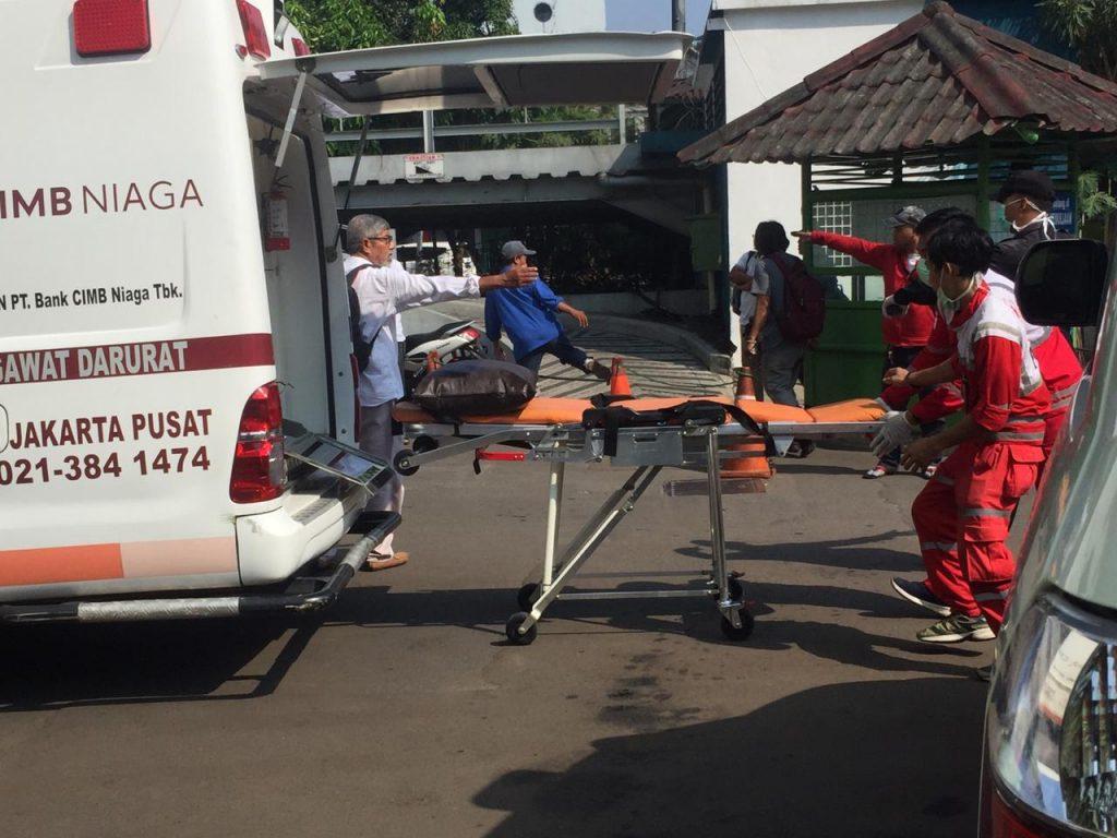 Para petugas Ambulan di RS Budi Kemuliaan menurunkan pasien korban kericuhan dari Jati Baru, Tanah Abang