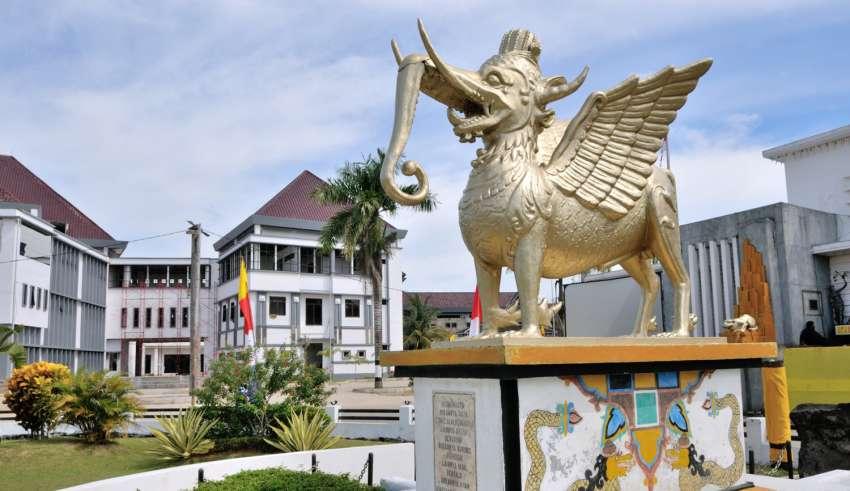 Patung di depan Museum Mulawarman.
