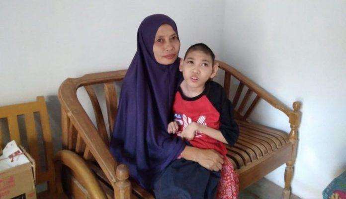 Perjuangan Nur Azizah untuk Kesehatan Anaknya yang Cerebral Palsy