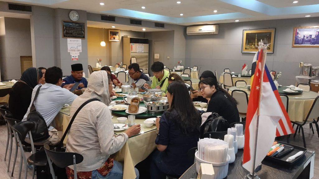 Pengunjung Yunus Halal Restaurant dari peserta Taiwan Familiarization Tour for Indonesian Media & KOL. Senin (22/7/19). Foto: M. Nashir/Suaramuslim.net.