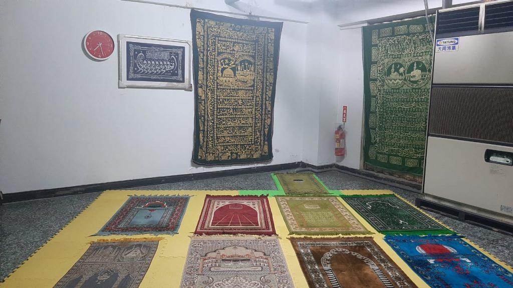 Musala di Yunus Halal Restaurant yang terletak di basement. Kalau dipakai semua, bisa memuat 30 an orang. Foto: M. Nashir/Suaramuslim.net