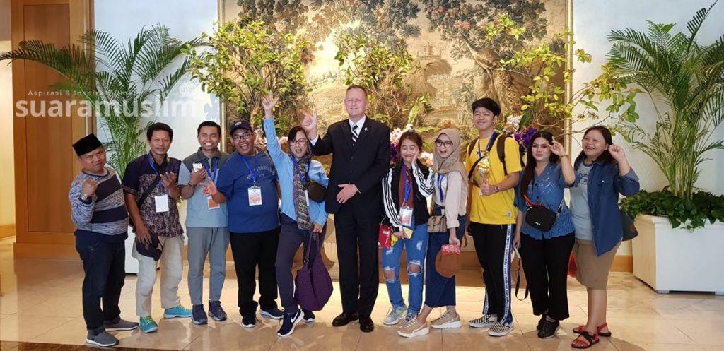 Achim Hake berfoto bersama delegasi media dari Surabaya di lobi The Sherwood Taipei.