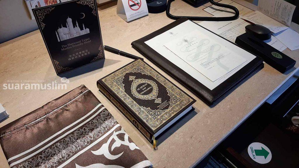 Alquran serta terjemah bahasa Indonesia, sajadah dan arah kiblat di dalam kamar The Sherwood untuk tamu muslim. (Foto Muhammad Nashir)