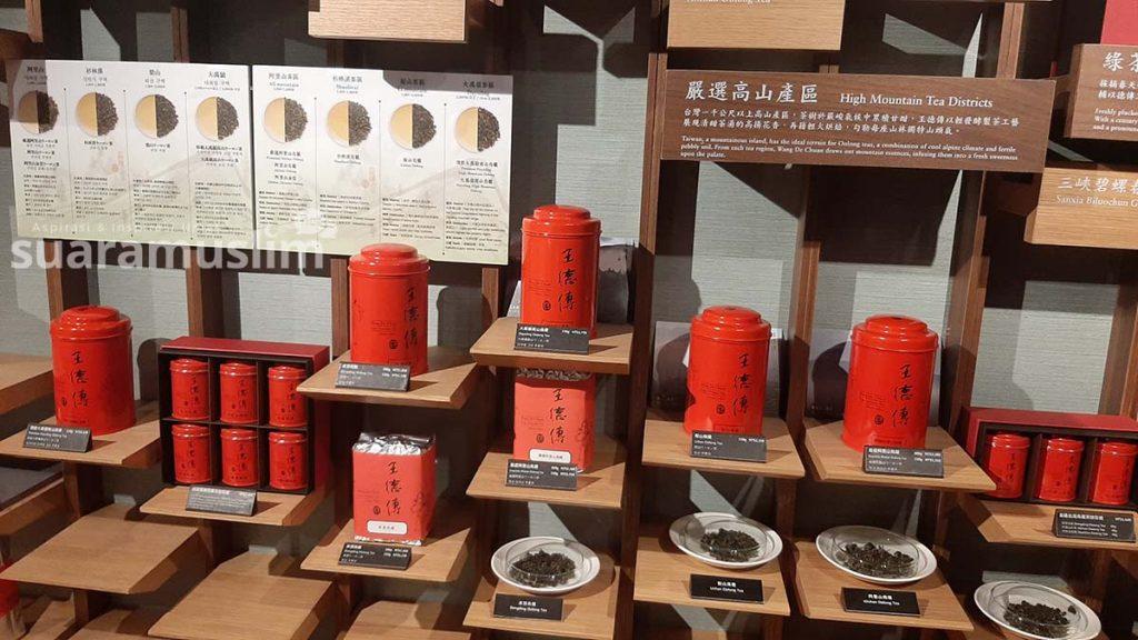 Beberapa jenis teh khas Taiwan yang dijual di pusat merchandise lantai Observasi Taipei 101. (Foto: Muhammad Nashir)