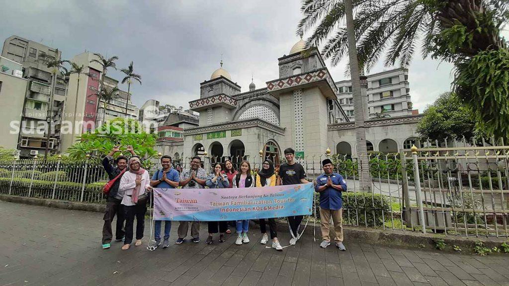 Delegasi media dari Surabaya dan influencer dari Jakarta berfoto di depan Taipei Grand Mosque.