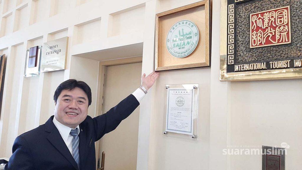 Eric Kou menunjukkan dua sertifikat halal yang dimiliki. Foto Muhammad Nashir