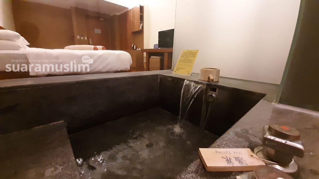 Hot spring bath up yang tersedia di masing-masing kamar hotel Luminous. Foto Muhammad Nashir