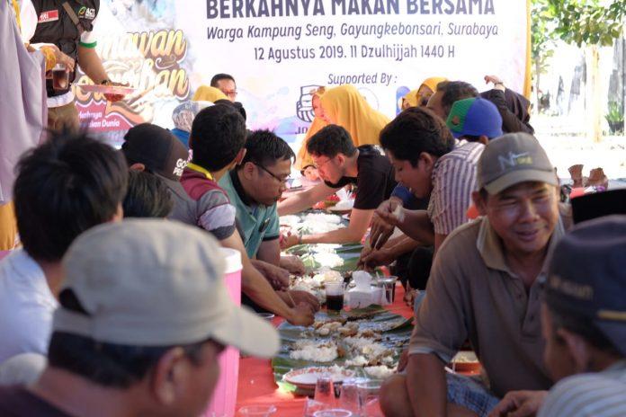 Syukuran Qurban, Bahagiakan Warga Kampung Seng Surabaya dengan Makan Rawon Bersama