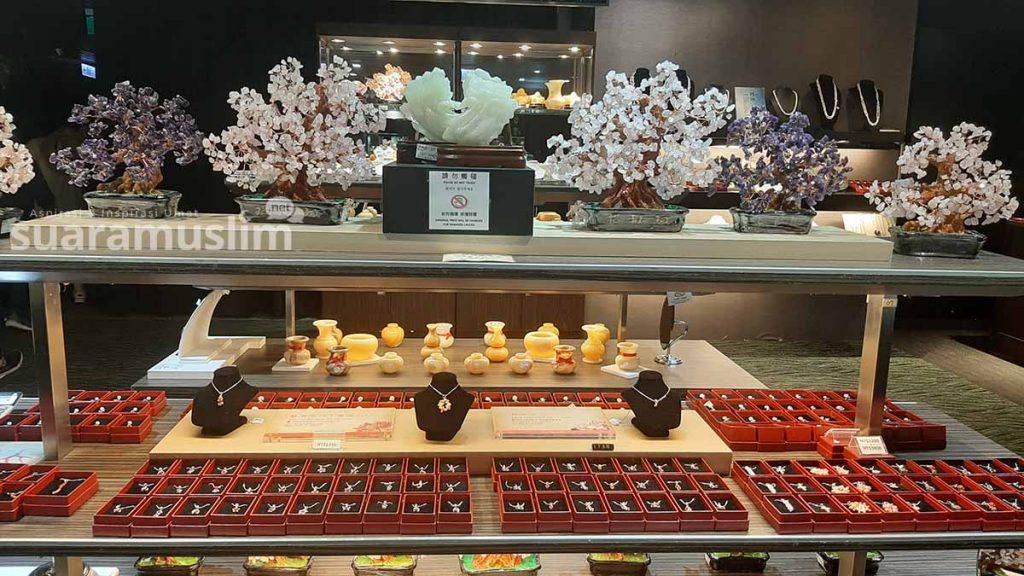 Perhiasan dan permata yang diolah dari koral sebagai cinderamata. (Foto: Muhammad Nashir)