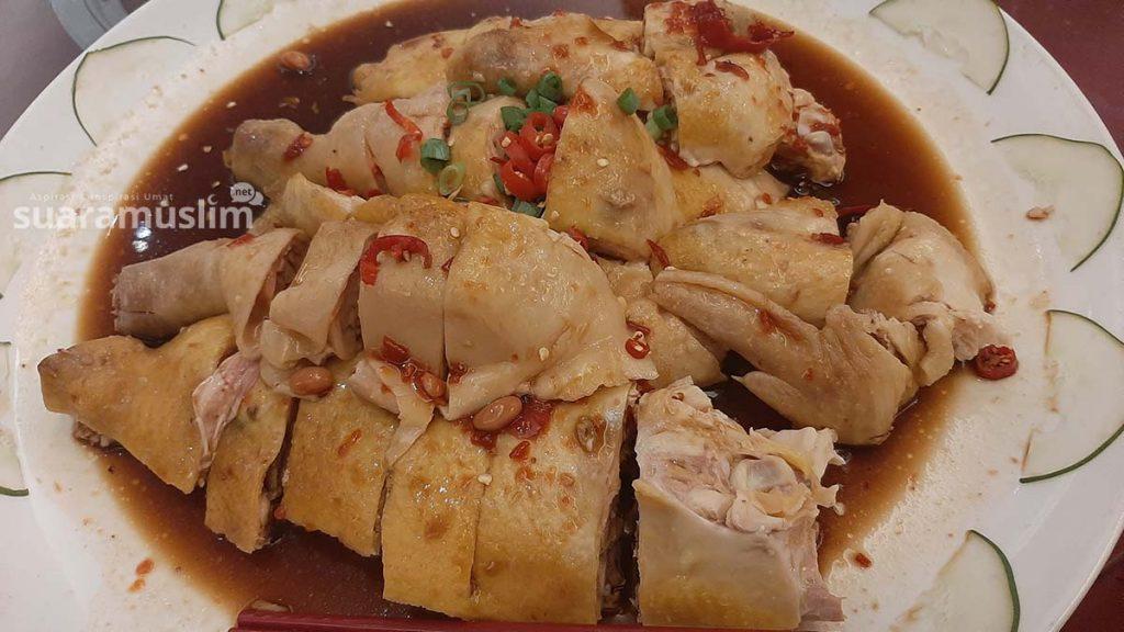 Salah satu menu halal dari olahan ayam di hotel Luminous yang didapat dari produsen ayam potong bersertifikat halal. Foto Muhammad Nashir