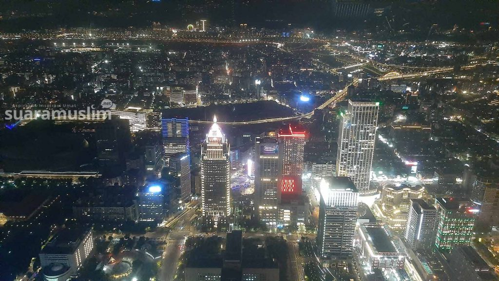 Suasana Taipei di malam hari dari lantai 89 Taipei 101. (Foto: Muhammad Nashir)