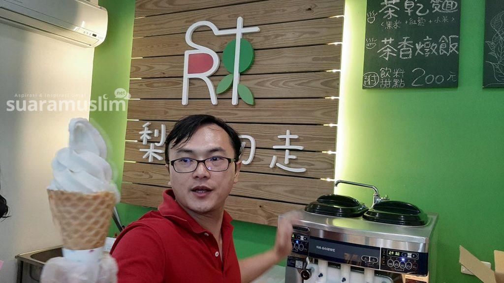 Tom, pemilik kedai es krim halal dari hasil kebun di Chulu, melayani kami untuk menikmati produknya. (Foto: Muhammad Nashir)