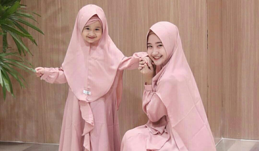 Hasil gambar untuk 2 anak perempuan berhijab