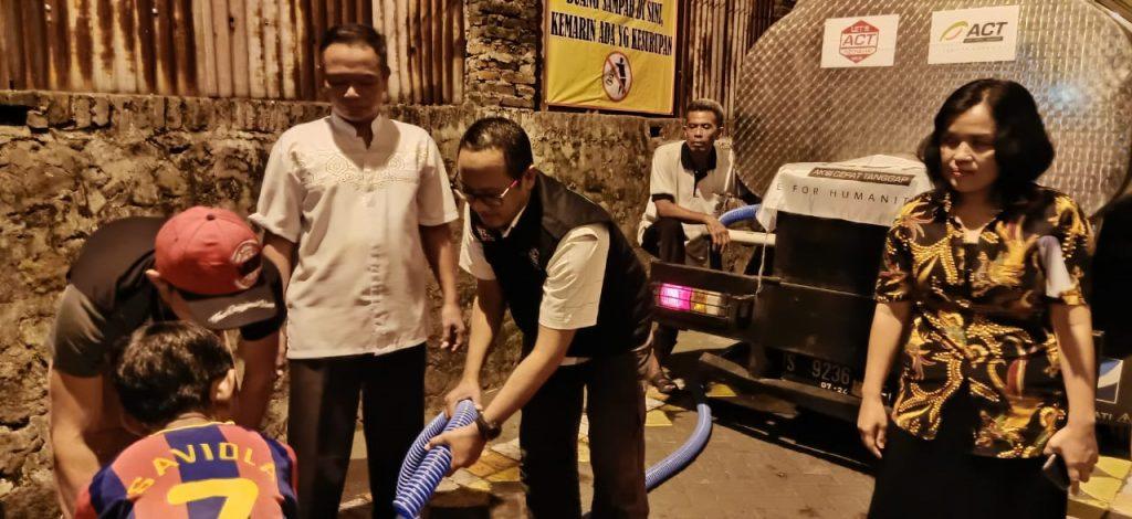 Tim ACT Jatim saat menyalurkan air bersih di Keputran Surabaya