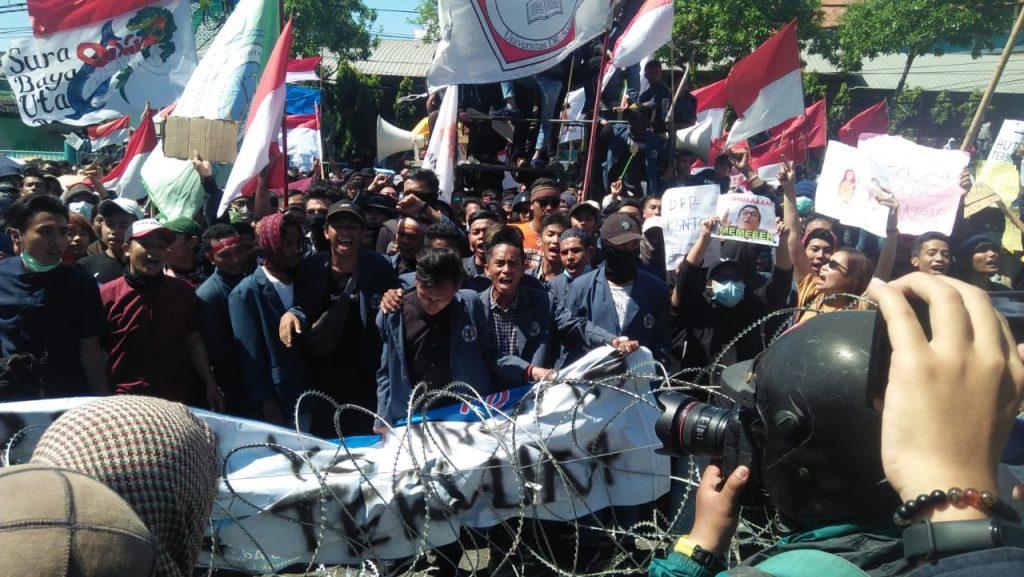 Belum Ditemui Dewan, Massa Aksi Mahasiswa Surabaya Mendesak Masuk ke DPRD Jatim