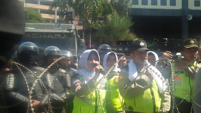 Dewan Tidak Menemui, Polisi Tenangkan Massa Aksi Surabaya dengan Membaca Asmaul Husna