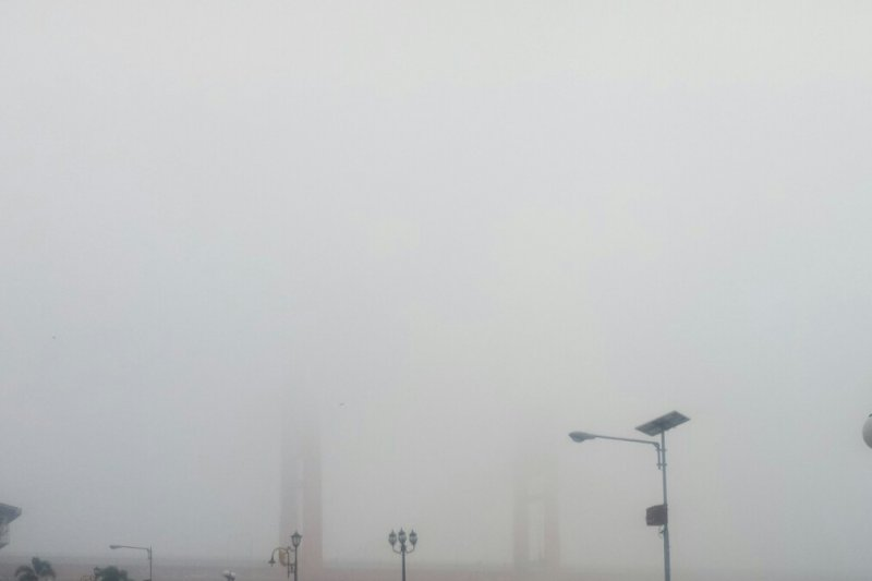 Kabut asap di Palembang semakin parah.