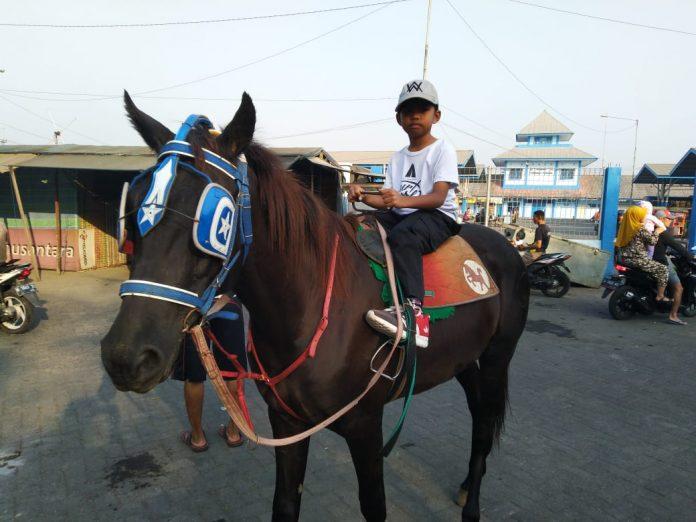 Nunggang Kuda Keliling Area Pasar Porong Sambil Cari Barang Bekas