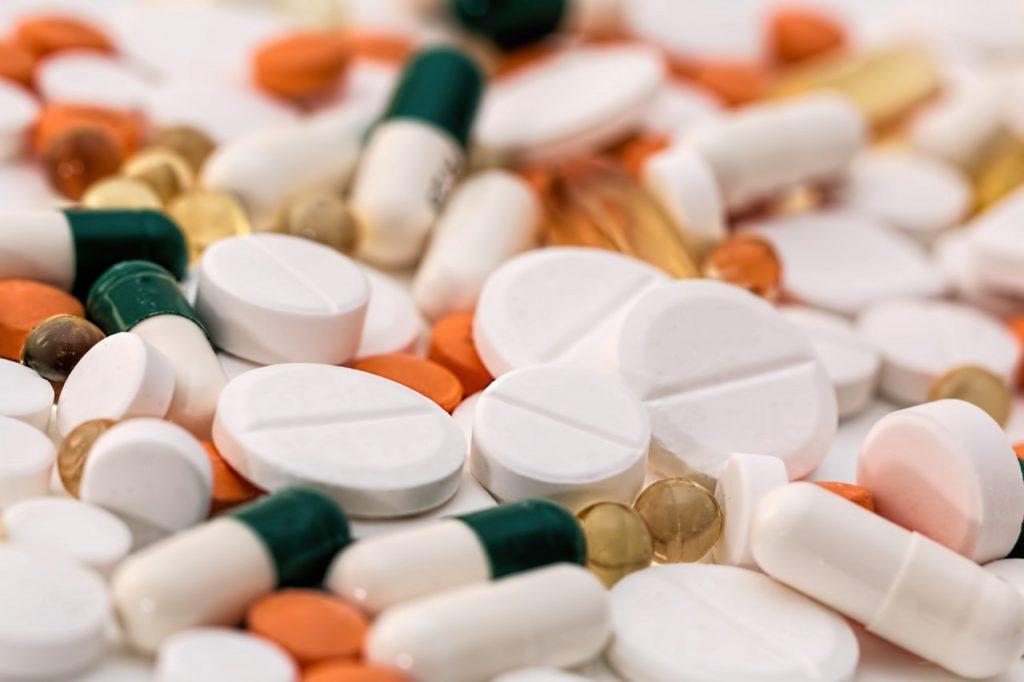 Obat-obatan menjadi salah satu penyebab rambut rontok.