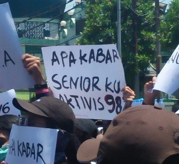 Poster Mahasiswa di Aksi Surabaya Menggugat Apa Kabar Seniorku 1998