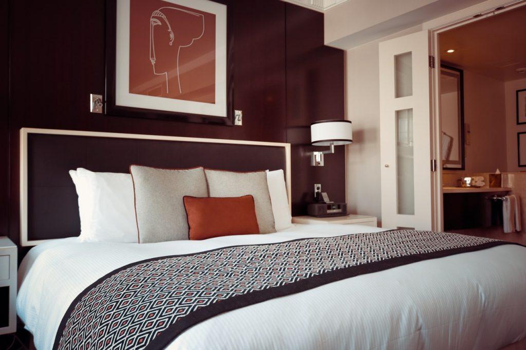 Perlengkapan tidur (bed cover dan selimut).