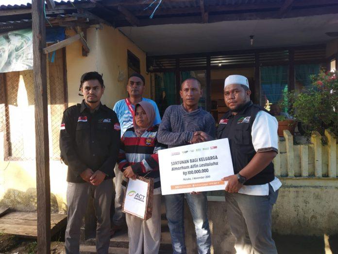 ACT Santuni Keluarga Pesepak Bola Almarhum Alfin Lestaluhu