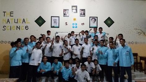 Para pengurus (kemeja biru) dan kader (seragam sekolah) usai muhadloroh (fauzi/suaramuslim.net).
